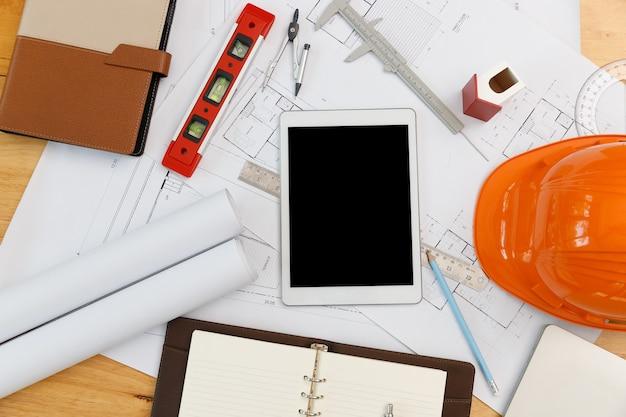 Vista superior da mesa de arquitetos engenheiros e designer de interiores