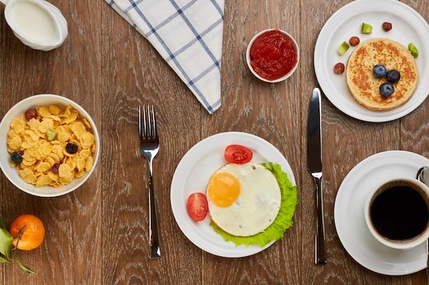 Vista superior da mesa de café da manhã
