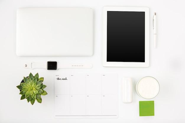 Vista superior da mesa de escritório branco com laptop