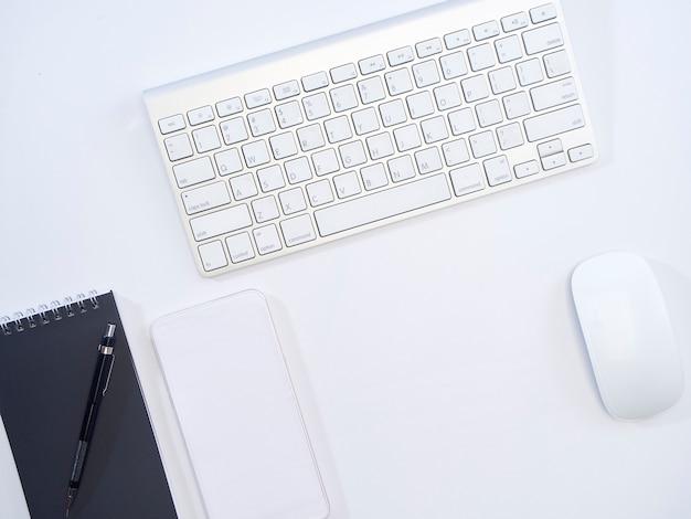 Vista superior da mesa de escritório branco.