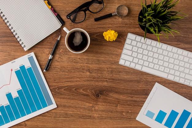 Vista superior da mesa de escritório com gráfico de crescimento e teclado