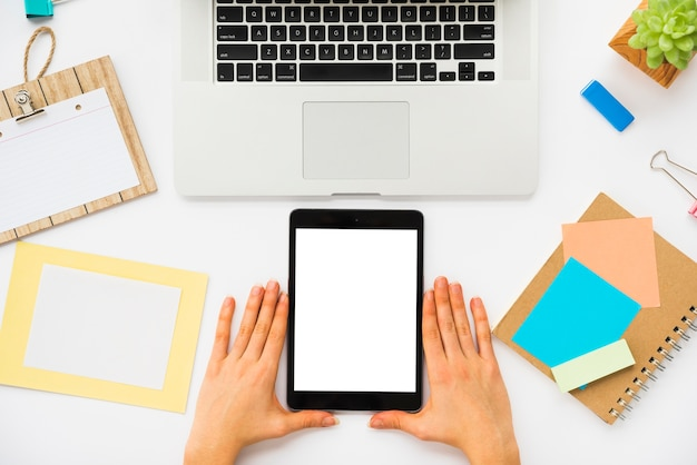 Vista superior da mesa de escritório com maquete do tablet