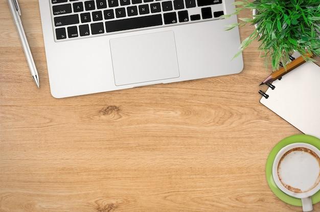 Vista superior da mesa de escritório com muitas coisas no fundo de madeira