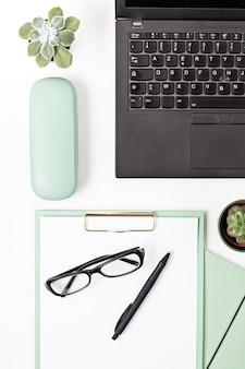Vista superior da mesa de escritório. mesa com laptop e material de escritório. espaço de trabalho de escritório em casa plana, trabalho remoto, aprendizagem à distância, videoconferência, conceito de chamadas