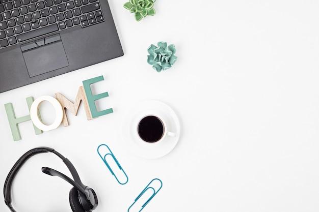 Vista superior da mesa de escritório. mesa com laptop, viva-voz para conferências e material de escritório. espaço de trabalho de escritório em casa plana, trabalho remoto, aprendizagem à distância, videoconferência, conceito de chamadas Foto Premium