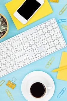 Vista superior da mesa de escritório. mesa com teclado, smartphone, prancheta e material de escritório. área de trabalho plana de home office, trabalho remoto, aprendizagem à distância, videoconferência, ideia de chamadas