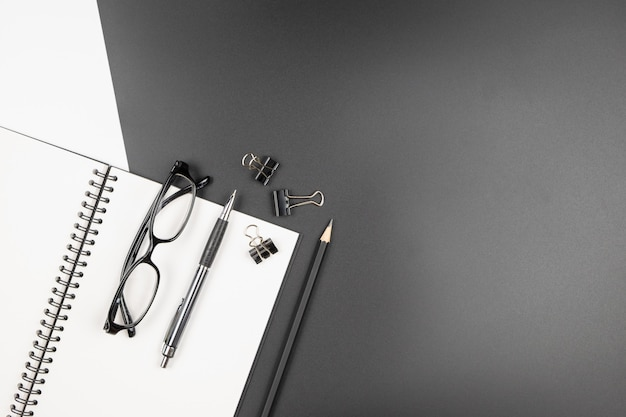 Vista superior da mesa de escritório mínima com um notebook e artigos de papelaria