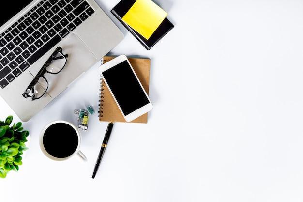 Vista superior da mesa de escritório moderna com espaço de trabalho no escritório, com espaço de cópia, configuração plana.