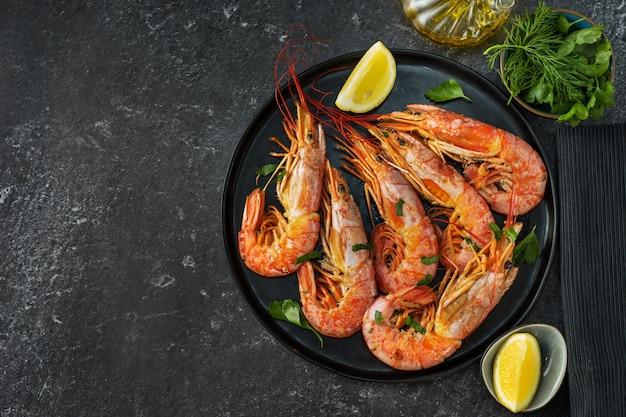 Vista superior da mesa de jantar com camarões grandes vermelhos e ingredientes de coocking