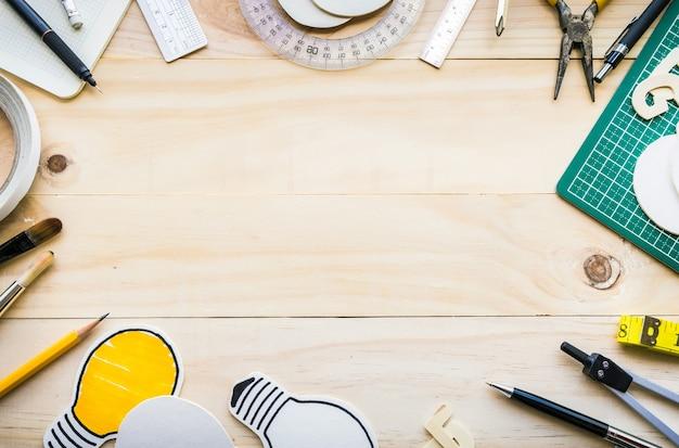 Vista superior da mesa de madeira com elementos de ferramentas, equipamentos.