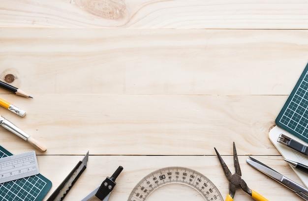 Vista superior da mesa de madeira com elementos de ferramentas