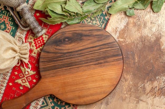 Vista superior da mesa de madeira com folhas verdes