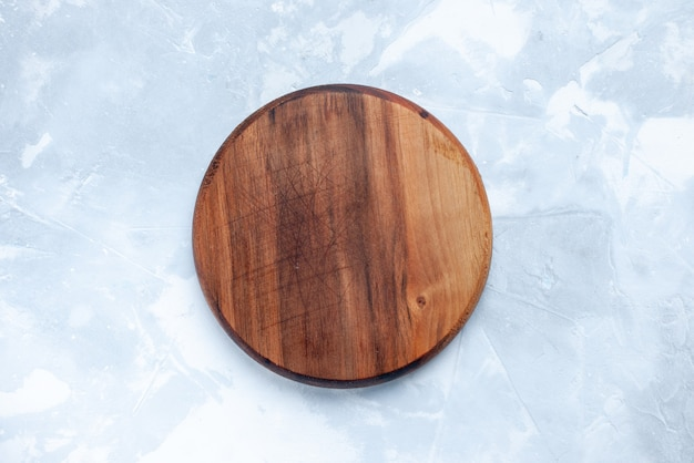 Vista superior da mesa de madeira marrom, redonda formada em uma mesa clara de madeira