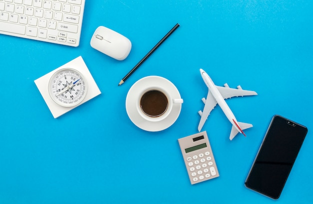 Vista superior da mesa de mesa de escritório de negócios local de trabalho e objetos de negócios sobre fundo azul