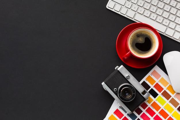 Vista superior da mesa de trabalho com espaço para café e cópia
