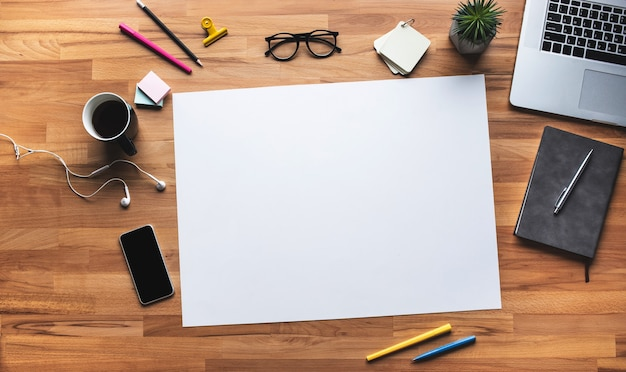 Vista superior da mesa de trabalho com fundo de espaço coppy branco. plano de negócios e conceitos de gestão