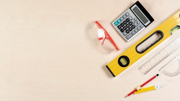Vista superior da mesa do arquiteto com ferramentas