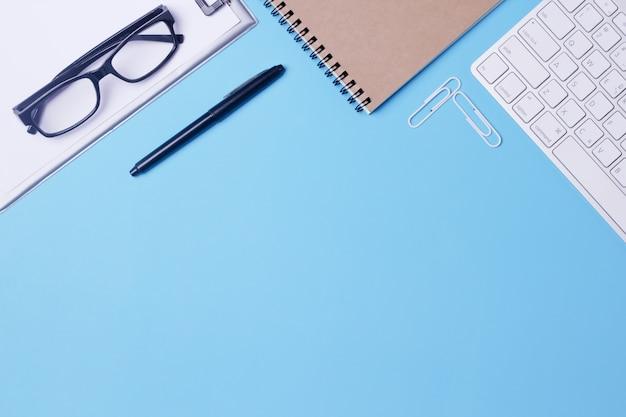 Vista superior da mesa do escritório azul.
