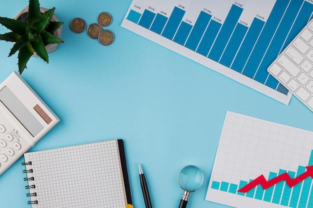 Vista superior da mesa do escritório com gráfico de crescimento e moedas