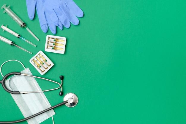 Vista superior da mesa do médico com estetoscópio e outros equipamentos