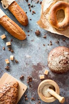 Vista superior da mistura de pão com anis estrelado e cubos de açúcar