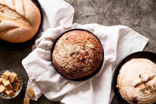 Vista superior da mistura de pão com toalha de cozinha