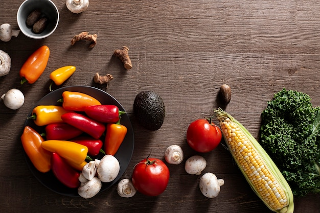 Vista superior da mistura de pimentas, cogumelos e tomates