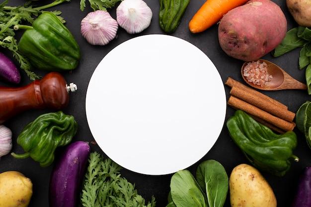 Vista superior da mistura de vegetais com um círculo em branco