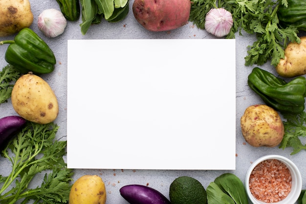 Vista superior da mistura vegetariana com retângulo em branco
