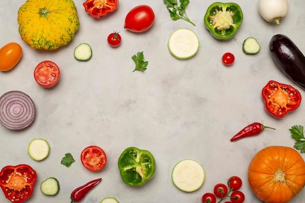 Vista superior da moldura circular de legumes frescos