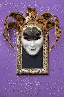 Vista superior da moldura com máscara para carnaval e glitter