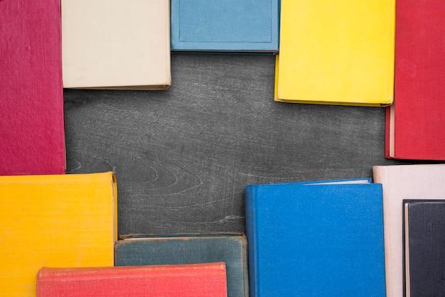 Vista superior da moldura de livros de capa dura com espaço de cópia