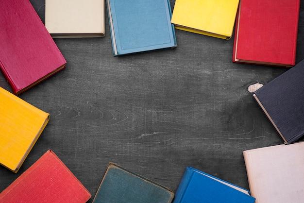 Vista superior da moldura dos livros de capa dura