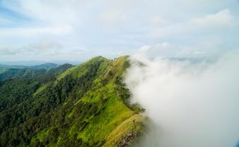 Vista superior da montanha, Khao chang puak, Kanchanaburi, Tailândia