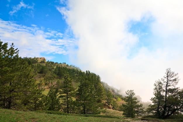 Vista superior da montanha nublada aj-petri (crimeia, ucrânia)