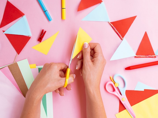 Vista superior da mulher cortando papel colorido
