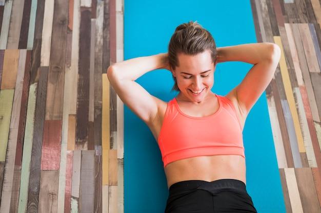 Vista superior da mulher fazendo exercícios