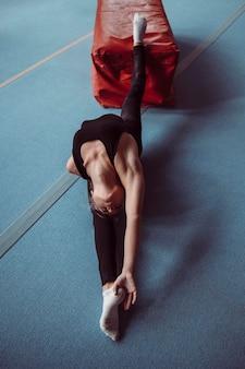 Vista superior da mulher se exercitando para as olimpíadas de ginástica