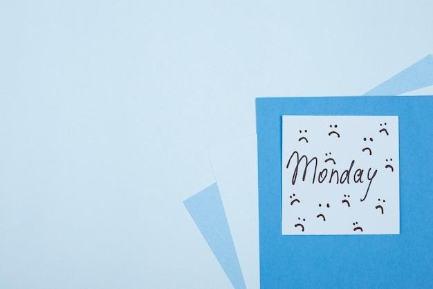 Vista superior da nota adesiva com espaço de cópia para segunda-feira azul