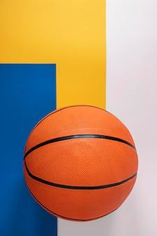 Vista superior da nova bola de basquete com espaço de cópia