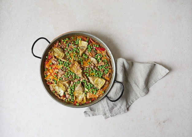 Vista superior da paella cozida na panela de paella (utensílio tradicional espanhol)