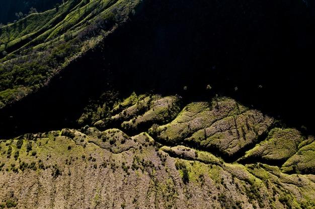 Vista superior da paisagem montanhosa