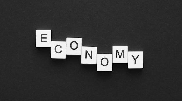 Vista superior da palavra econômica feita com arranjo de cubos