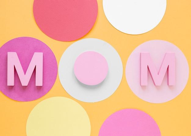 Vista superior da palavra mãe em fundo laranja