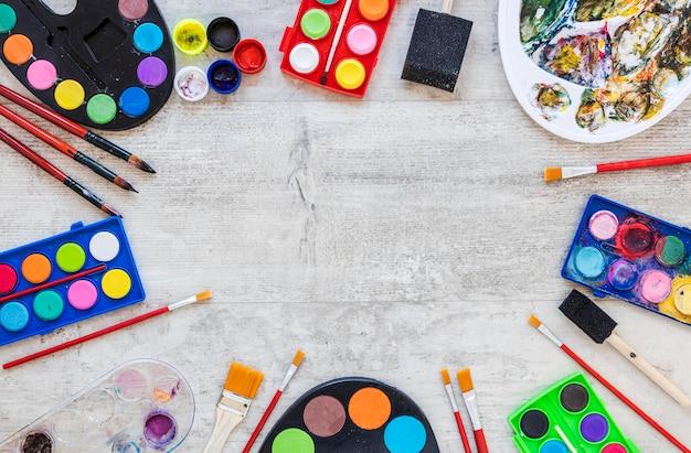 Vista superior da paleta da bandeja de cores e recipientes de aquarela