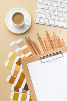 Vista superior da paleta de cores para reforma da casa com lápis de cor e prancheta