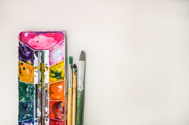 Vista superior da paleta de pincéis e tintas aquarela