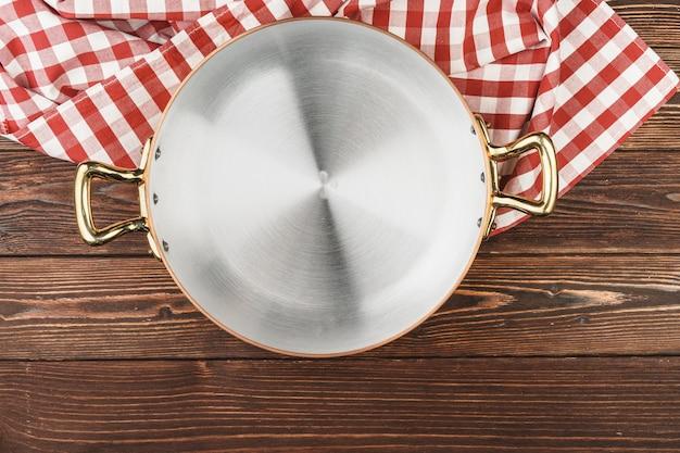 Vista superior da panela de cobre na mesa da cozinha