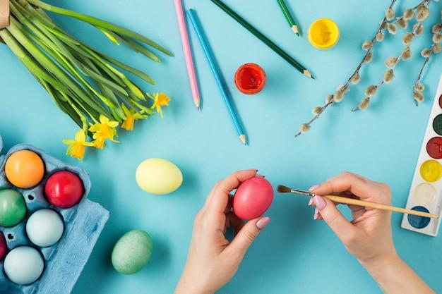 Vista superior da pessoa pintando ovos de páscoa