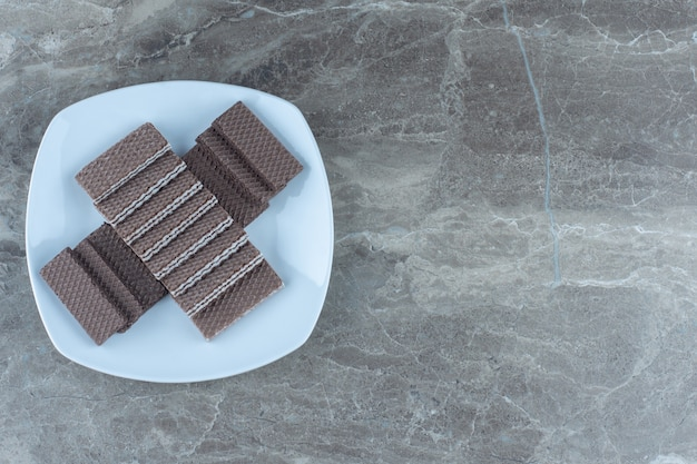 Vista superior da pilha de bolachas de chocolate na chapa branca.